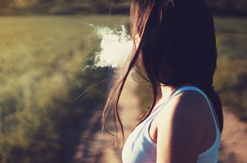 kobieta wydmuchująca dym papierosowy