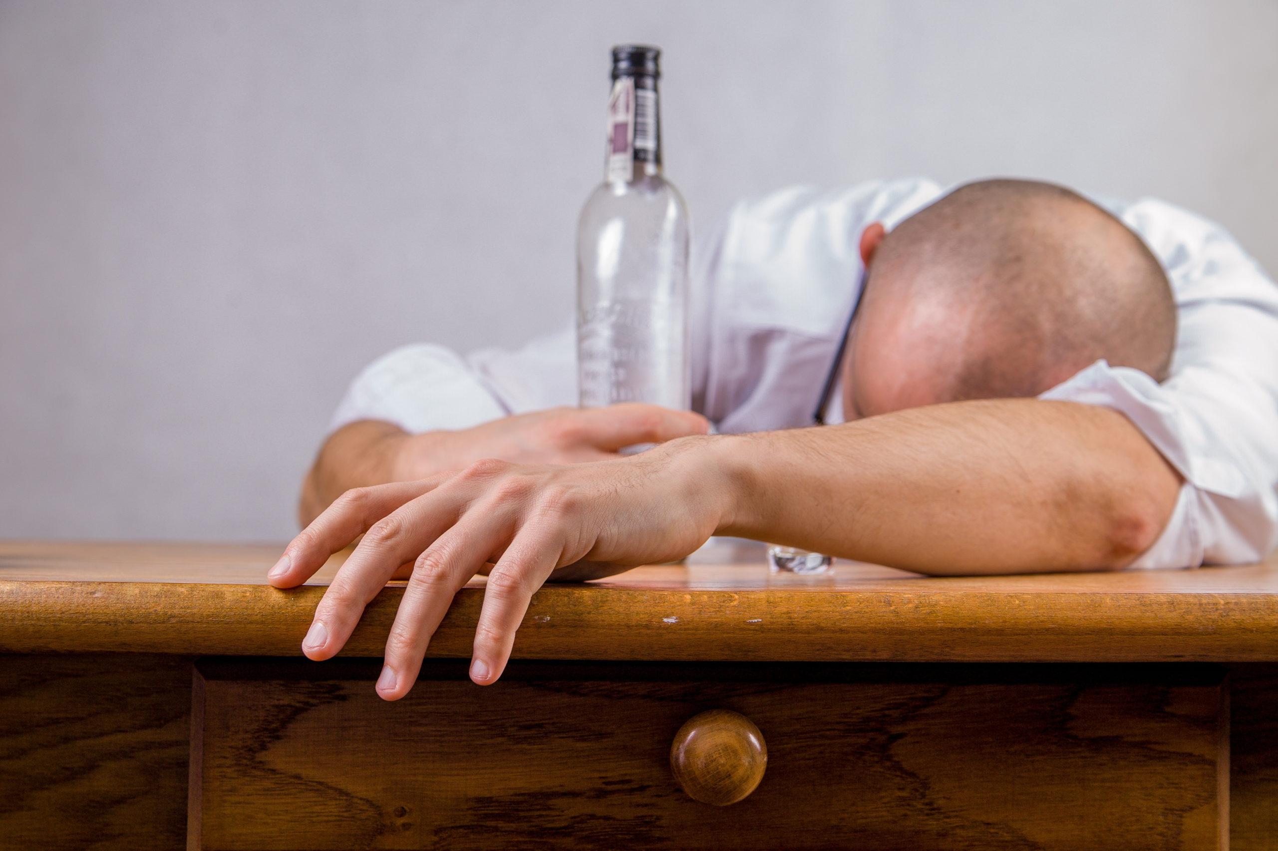 alkohol i pijany mężczyzna